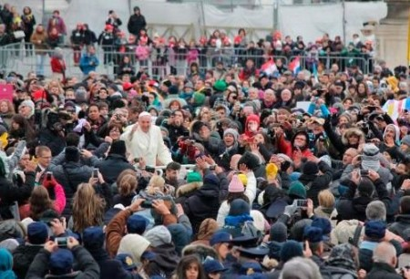 Avalanche de cartas ao Papa Francisco abarrota os escritórios dos correios vaticanos