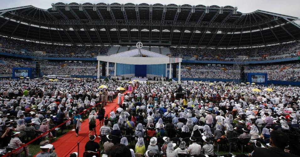 15ago2014-fieis-participam-de-missa-conduzida-pelo-papa-francisco-no-estadio-da-copa-do-mundo-de-daejeon-na-coreia-do-sul-em-lembranca-das-mais-de-300-pessoas-mortas-no-naufragio-de-uma-balsa-em-1408082812047_956x500