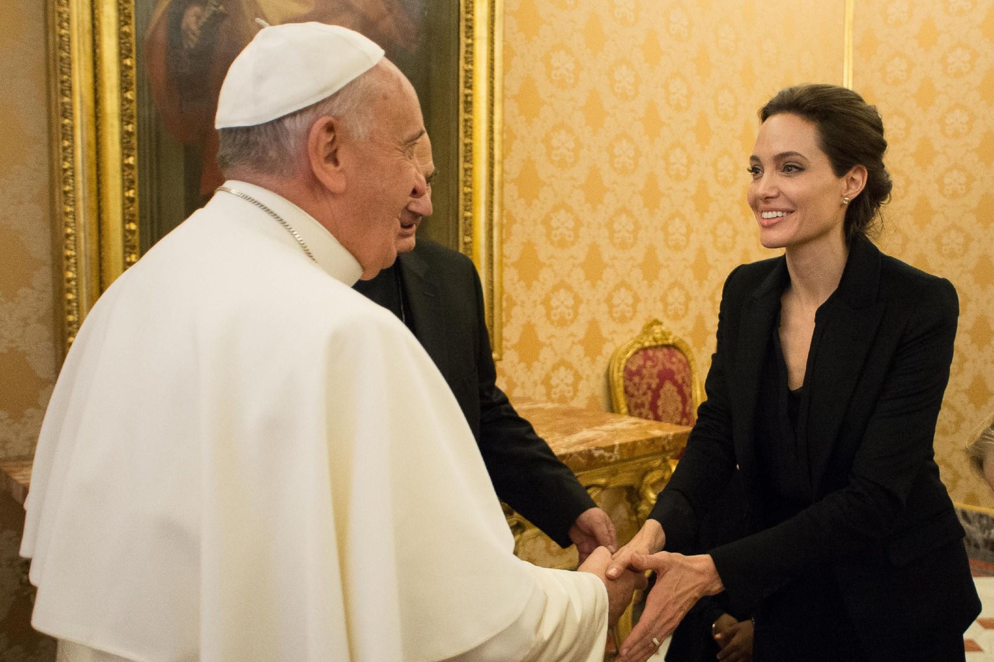 Papa Francisco recebe Angelina Jolie no Vaticano