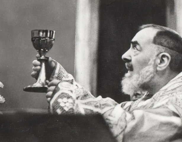 Padre Pio celebrando a Santa Missa
